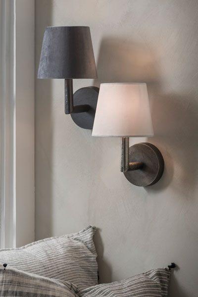 Vägglampa Columbus Råsilver. Vägglampa i råsilver med stilren och enkel design. Monteras fast på väggen. Sockel E27. Finns i flera färger. Passande skärm är Mia 17 cm bred. På vår miljöbild har vi använt Mia Grå och Vit sammet. Skärm ingår ej.