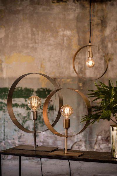 Taklampa Atmosphere Guld. Cirkelformad taklampa/fönsterlampa i guld med en lamphållare, levereras med 3,5 m textilsladd med väggkontakt.