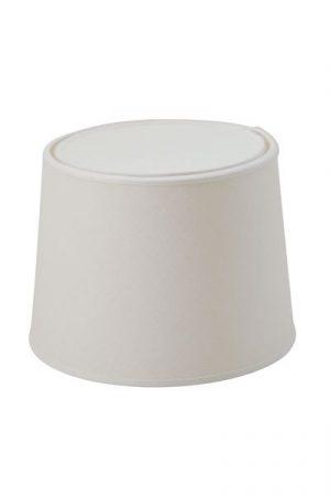 Lampskärm Carolin Vit med tak. Elegant vit skärm som finns i 4 olika storlekar. Skärmen har tak för ett sobrare ljus. Ringfäste. På vår miljöbild visas skärmen med bordslampa Faces. Lampfot ingår ej.