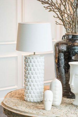 Lampa Faces Skärm Carolin Vit. Lampfot Faces i vit keramik. Levereras med vit skärm Carolin, skärmen har tak för ett sobrare ljus.Sockel E27. Skärmens höjd: 25 cm bredd: 35 cm.