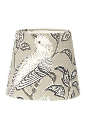 Lampskärm Mia Birdsong Beige. Lampskärm i beige mönstrad bomull. Skärmen finns i flera storlekar och färger.Levereras med klofäste i storlek 17 och 20 cm.
