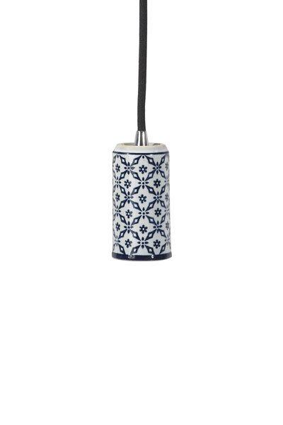 Tak/Fönsterlampa Ming Mey Blå inkl LED Elect . Taklampa alternativt fönsterlampa i porslin med orientaliskt mönster i blått, levereras med textilsladd 3,5 meter med väggkontakt. E27 sockel, 40W. Elect LED Filament 125mm, 4W ingår.