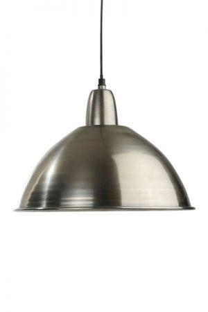 Taklampa Classic Antiksilver. Classic taklampa i antiksilver. Levereras med 1,2 meter svart sladd och takkopp i samma färg som lampan. E27 sockel. Finns i två storlekar.