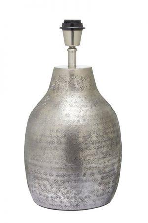 Lampfot Humphrey Silver. Vackert arbetad lampfot i silverfärg. Sockel E27. Finns i två storlekar. Skärm ingår ej. Lampfot med höjd 40 cm har 30 cm bred skärm (Sofia i sammet). Lampfot med höjd 52 cm har 40 cm bred skärm (Sofia i sammet).
