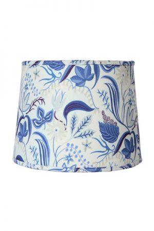 Lampskärm Sofia Särö Ljusblå. Mönstrad lampskärm i ljusblå bomull. Mönstret är skapat av Joy Zandén. Skärmen finns i flera storlekar och färger. Levereras med ringfäste.
