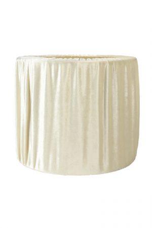 Lampskärm Sara Vit Sammet. En vacker veckad sammetsskärm i vitt. Lampskärmen finns i flera storlekar och färger. Levereras med E27 ringfäste.
