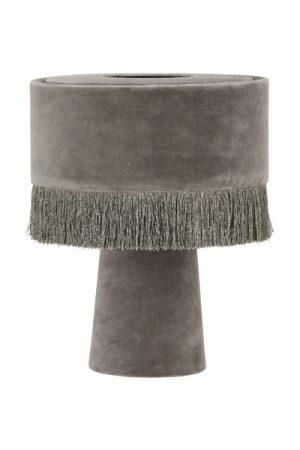 Bordslampa Alexis Grå. Underbar bordslampan som har en enkel design med ett mjuktintryck. Både lampskärmen och lampfoten är i sammet, skärmen har en franskant. Lampan har en 2 meter lång vit sladd. Sockel E27. Lampan finns i tre olika färger.