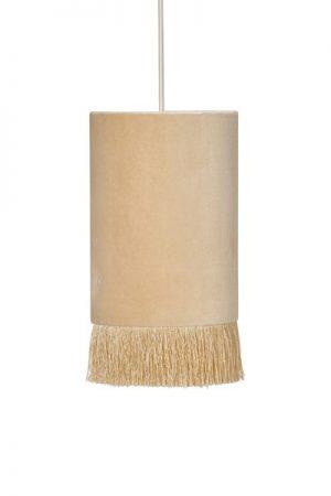 Fönsterlampa Alexis Rosa. Underbar fönsterlampa med enkel design. Lampan är helt i sammet och har en franskans i nederkant. Fönsterlampan har en 3,5 meter vit sladd med väggkontakt. Sockel E27. Lampan Alexis finns i flera färger och även som bords och taklampa.