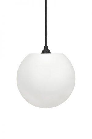 Taklampa Moon Outdoor. Modern, cool taklampa i vit matt plast som levereras med svart utomhuskabel 2,5 meter. Sockel E27. IP44.