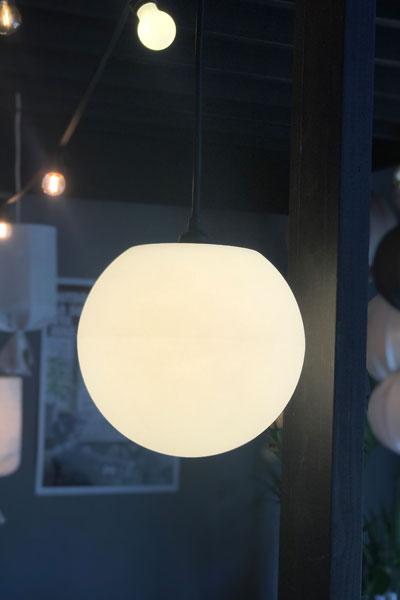 Modern cool taklampa avsedd för utomhusbruk men som även passar inomhus. Snygg i uterummet, altanen och pergolan.