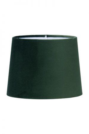Lampskärm Sofia Sammet Smaragd. En härlig lampskärm i underbar smaragdgrön färg. Skärmen finns i flera olika färger och storlekar. Lampskärmen har en ljus insida som ger ett behagligt sken och är lätt att matcha med olika lampfötter. Lampskärmen har ett E27 ringfäste.