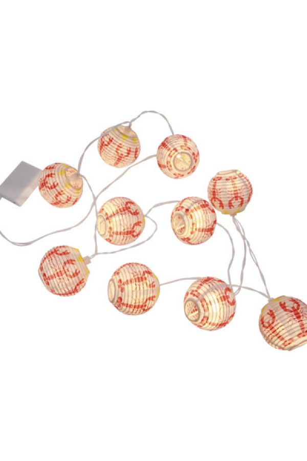 Ljusslinga Kräfta Bollar. Ljusslinga med 8 st bollar med kräftmotiv, LED lamporna har varmvitt sken. En härlig stämningshöjare att dekorera med till kräftskivan. Den inbyggda timern gör det lätt att ställa in när ljusslingan ska lysa. Anslutningskabel 50 cm, avstånd mellan lamporna 20 cm, 3V, 4,5V DC, med strömbrytare. Drivs med 3 st Batteri AA (medföljer inte). IP20 Avsedd för inomhusbruk.