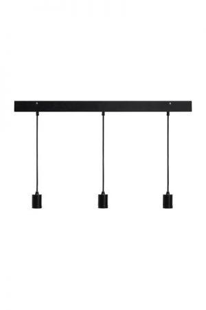 Taklampa Line Ceiling Black.Line är en taklampa med tre hängande lamphållare.Sladdarna är av textil, 1,5 meter långa och kan justeras till önskad längd. Denna taklampa är gjord för att kombineras med våra populära toppringsskärmar Cia. Den smarta lamphållaren med snygg skärmring gör det även möjligt att mixa och matcha med enbart ljuskällor.Sockel E27. Finns även i vitt. Rekommenderad skärm är Cia med toppringsfäste.