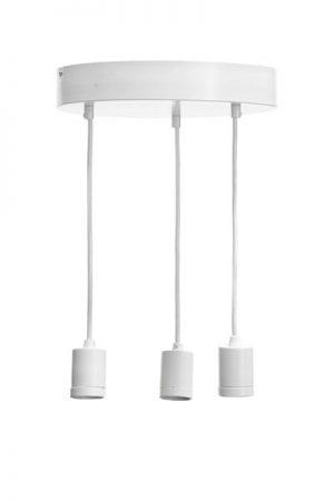 Taklampa Skyn Ceiling White.Skyn är en taklampa med en rund bottenplatta och tre hängande lamphållare. Sladdarna är av textil, 1,5 meter långa och kan justeras till önskad längd. Denna taklampa är gjord för att kombineras med våra populära toppringsskärmar Cia. Den smarta lamphållaren med snygg skärmring gör det även möjligt att mixa och matcha med enbart ljuskällor.Sockel E27. Finns även i svart. Rekommenderad skärm är Cia med toppringsfäste.