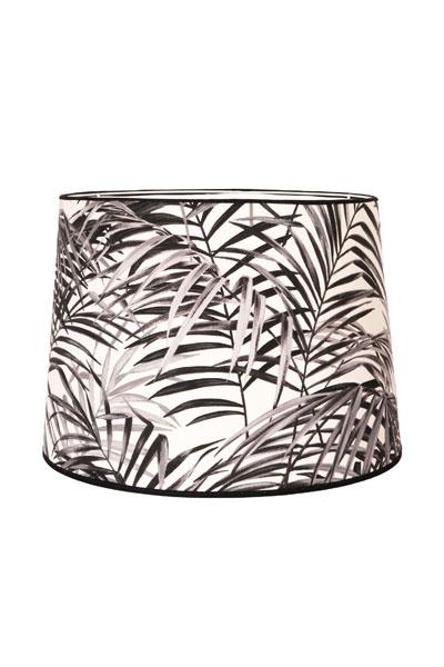 Lampskärm Sofia Palm Spring. En härlig lampskärm i bomull med svart/vitt palm mönster. Skärmen finns i flera olika färger och storlekar. Lampskärmen har en ljus insida som ger ett behagligt sken och är lätt att matcha med olika lampfötter. Lampskärmen har ett E27 ringfäste