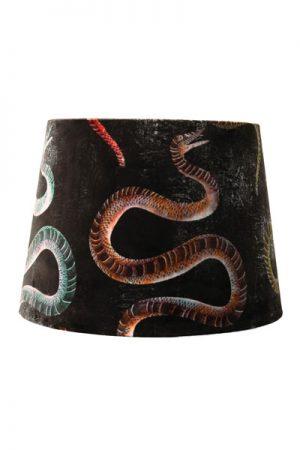 Lampskärm Sofia Sammet Kaa Svart. En härlig lampskärm i sammet med modernt orm mönster. Skärmen finns i flera olika färger och storlekar. Lampskärmen har en ljus insida som ger ett behagligt sken och är lätt att matcha med olika lampfötter. Lampskärmen har ett E27 ringfäste.