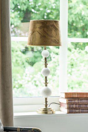 Lampa Verona Skärm Roma Beauty Brun. Komplett lampa med lampfot Verona i vit marmor och antikmässing tillsammans med brun sammetsskärm Roma Beauty i fin struktur. Skärmen har vit insida för ljusare sken. Sockel E27.