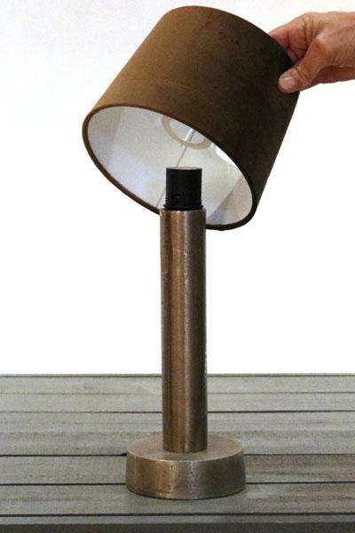 Adapter med skärmring E27.Med denna adapter sätter du lätt på lampskärmar även på lampfötter där lamphållaren är inbyggd (tex Notice). Adaptern skruvas i, lampskärmen sätts på och sedan skruvas skärmringen och ljuskällan i som vanligt.