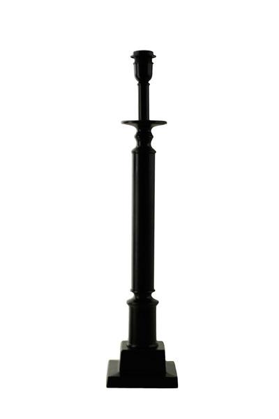 Lampfot Penfold. Hög lampfot i snygg design i svart aluminium. Sockel E27. Välj till skärm som passar ditt hem.På vår miljöbild är skärmen 25 cm bred. Skärm ingår ej.