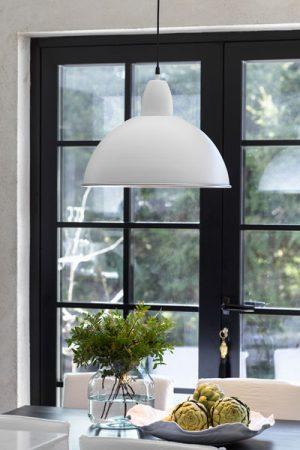 Taklampa Classic Vit. Våra taklampor i serien Classic är av metall och finns i flera olika färger och två storlekar. Snygg i köket och passar både i det moderna och lantliga hemmet. 1,2 meter sladd med takkopp i samma färg som lampan. Rengör med dammvippa eller en mjuk lätt fuktad trasa. Använd ej starka rengöringsmedel. Sockel E27.