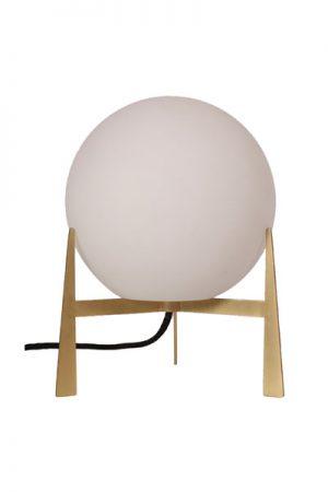 Lampa Milla Opalvit. Modern och trendig bordslampa med rund glaskupa (diam 20cm) och mässingsfot. Svart textilsladd. En riktigt fin inredningsdetalj i ditt hem. Denna lampan ingår i vår serie Milla som består av tak, fönster, bord och golvlampa. Alla lampor har mässingsdetaljer och finns i 3 färger; opalvit, rökfärgat eller grönt glas. Golvlampan finns bara i guld/opalglas.