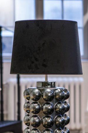 Lampskärm Sammet Roma Svart. Lampskärm i svart sammet som levereras med ringfäste. Skärmen är 35 cm bred och 25 cm hög.