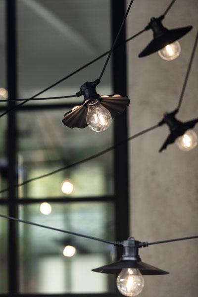 """Ljusslinga Donna. En charmig partyslinga med 6 st LED lampor och fast monterade metallskärmar för utom- eller inomhusbruk från PR Home. IP44. Total längd 7,9 meter. 3 meter till 1:a lampan och sedan 0,7 meter mellan varje lampa och en avslutande """"svans"""" på 0,7 meter.Lamporna är ej utbytbara. Nu kan du kan skapa den perfekta, mysiga och ombonade stämningen på din uteplats, inne eller till festen."""