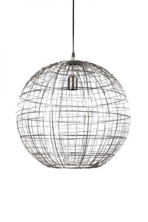 Taklampa Corby Matt Krom. Rund taklampa tillverkad av metalltråd. En riktigt fin inredningsdetalj i ditt hem som passar både över bordet eller i trappan. Lampan är luftig och ger fina skuggor på väggarna. Matcha med en glob formad ljuskälla 95-125mm i valfri färg. Corby finns i 2 färger, mässing eller matt krom. Lampan har 1,6 m svart kabel och takkopp i samma färg som lampan.