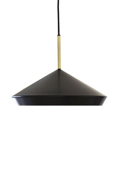 Taklampa Geometri Svart. Taklampa från PR Home som har en modern form som håller över tid. Lampan har 3 st E27 fästen. Max 25W. Tack vare den frostade plattan ger lampan ett jämt och behagligt sken. Lampan levereras med takkopp i samma färg som lampan. Matt lackerad metall med mässingsfärgade detaljer.