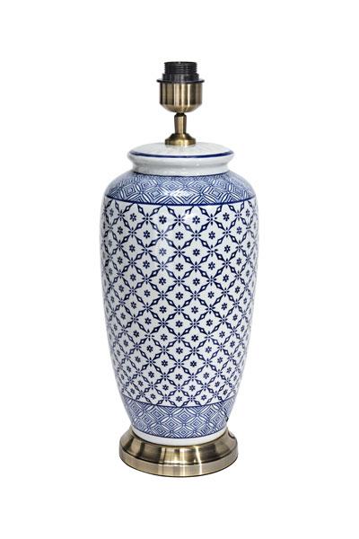 PR Home Li Jing Porslin Blå. Li Jing lampfot ingår i PR Homes vackra och tidlöst eleganta serie med bordslampor i porslin inspirerade av gammalt Kinesiskt porslin. Lampfoten är handmålad och har justerbar lamphållare.Textilsladd 1,8 meter. Sockel E27. Matcha med skärm Sofia som finns i flera olika storlekar och varianter.