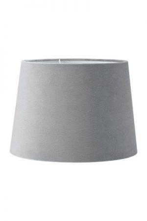 Lampskärm Sofia Sammet Studio Grå. En härlig lampskärm i serien studio som har en sammet i präglad struktur som ger en extra lyxig känsla. Skärmen finns i flera olika färger och storlekar. Lampskärmen har en ljus insida som ger ett behagligt sken och är lätt att matcha med olika lampfötter. Lampskärmen har ett E27 ringfäste.