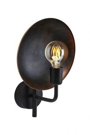 Vägglampa Uptown. En unik lampa med en metallskärm med patina bakom ljuskällan som reflekterar ljuset på ett vackert sätt. Varje skärm är unik i sin yta vilket skapar ett spännande ljusspel på väggen. Textilsladd 1,8 meter. Sockel E27.