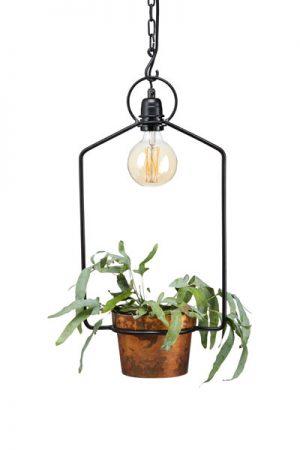 PR Home Fönsterlampa Uptown.Uptown fönsterlampa är en hängande lampa med plats för en ljuskälla och med en kruka för tex kryddgrönt eller en vacker blomma. Vacker att hänga i köket eller i ett rum för att få in mer växtlighet. Levereras med en 80cm kedja för säkrare upphäng.Textilsladd 3,5 meter. Sockel E27. I serien Uptwon finns även vägglampa och bordslampa. På vår miljöbild har vi använt 95 mm bred globlampa. Ingår ej.