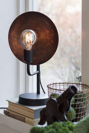 PR Home Lampfot Uptown. Uptown lampfot är en unik lampa med en metallskärm med patina bakom ljuskällan som reflekterar ljuset på ett vackert sätt. Varje skärm är unik i sin yta vilket skapar ett spännande ljusspel. Lampfoten finns i två storlekar. Textilsladd 1,8 meter. Sockel E27. I serien Uptwon finns även vägglampa och bordslampa. På vår miljöbild har vi använt 95 mm bred globlampa. Ingår ej.