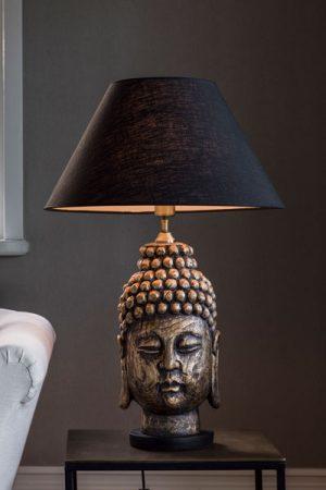 Bordslampa Buddha Skärm Empire Svart. Lampfot Buddha i Polystone med antikmässing finish och svart fot. Lampan har justerbar lamphållare för att kunna justera skärmen på ett bra sätt. Svart sladd 1,8 meter. Sockel E27. Levereras med Lampskärm Empire i svart Lin, 42 cm bred. Låt en vacker Buddha skapa ro i ditt hem.