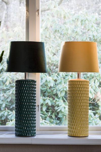 Bordslampa Honeycomb Gul. Honeycomb lampfot i keramik. En snygg och läcker lampfot med justerbar lamphållare och transparent sladd. Sockel E27. På vår miljöbild har vi använt lampskärm Sofia Sammet, 30 cm bredd.