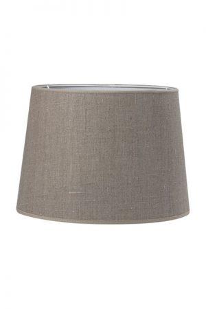 Lampskärm Sofia Lin Natur. En härlig lampskärm i lin. Skärmen finns i flera olika färger och storlekar. Lampskärmen har en ljus insida som ger ett behagligt sken och är lätt att matcha med olika lampfötter. Lampskärmen har ett E27 ringfäste.