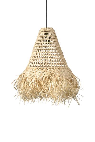 Joline en skärm i flätad bast. Dess effektfulla material och flätning för tankarna till en varm strand under palmerna. Eftersom det är en skärm i naturmaterial trivs den bäst under tak, i ett inglasat utrymme eller inomhus. Svart plastsladd 1,2 meter med takkopp ingår.För användning utomhus köp till godkänd utomhuskabel Flex Out (IP44).