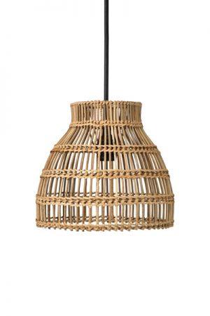 Taklampa Sarah. Sarah är en skärm i flätad rotting. Skärmen med dess unika form och flätning silar ljuset och skapar ett vackert skuggspel. Kan användas både som hängande i ett fönster eller som skärm till en lampfot. Eftersom det är ett naturmaterial trivs den bäst under ett tak, i ett inglasat utrymme eller inomhus. Levereras med 1,2 m svart sladd med takkopp, sockel E27.För användning utomhus köp till godkänd utomhuskabel Flex Out (IP44).