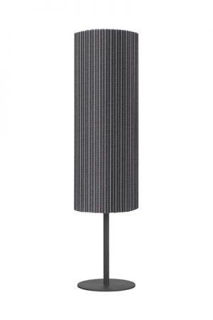 Golvlampa Agnar Grå Rand, 100 cm. Stilren lampfot med lampskärm i vädertåligt tyg. Foten har en E27 lamphållare för ljuskälla, vi rekommenderar ljuskällan 1806404. Över ljuskällan och lamphållaren sitter ett vitt plast lock samt en packning som skyddar mot väta. Lampskärmen sätts fast i lampfoten med hjälp av ett specialfäste. Lampfot och lampskärm säljs endast som ett set om fot och skärm. Foten har en sladd om 2 meter. IP44.