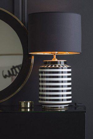 Bordslampa Gatsby Skärm Sara Metallinsida Guld. Gatsby lampfot i glaserad keramik. En snygg och läcker lampfot med justerbar lamphållare och svart textilsladd 2,5 m. Sockel E27. Här matchad med Lampskärm Sara, 35 cm bred med guldfärgad metallinsida som ger en lyxig känsla.