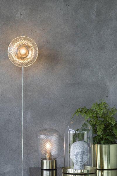 Bordslampa Juliette. Lampan är gjord av mässingfärgad metall och har ett handslipat glas med vackert mönster som speglar ljuset fint. Transparent sladd 2 m med strömbrytare. E14 lampfäste för kronljus eller päronformad lampa. Juliette finns även som vägglampa.