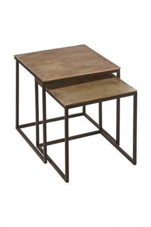 Miramar Satsbord 2-delar Råmässing. Miramar satsbord i metall från PR Home. Borden har svarta ben och bordsskiva i råmässing. Levereras i set om 2 bord i olika storlekar. 48x48 cm och 43x43 cm. Bordet kommer ej monterat.