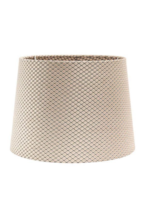 Lampskärm Sofia Sammet Ruta Beige. Lampskärm Sofia i ett underbart sammetstyg med vävt mönster som ger en fin struktur och mjuk lyxig look. Tyget är lika fint på insidan som på utsidan. Skärmen finns i flera olika färger och storlekar. Lampskärmen ger ett behagligt sken och är lätt att matcha med olika lampfötter. Lampskärmen har ett E27 ringfäste.