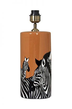 Lampfot Zebra. Snygg lampfot i keramik som sticker ut med sin färg och mönster. Lampfoten har textilkabel 2,5 meter och justerbar lamphållare. På vår miljöbild har vi använt lampskärm Sara Metallinsida, 30 cm bredd för en exklusiv känsla. Skärm ingår ej.