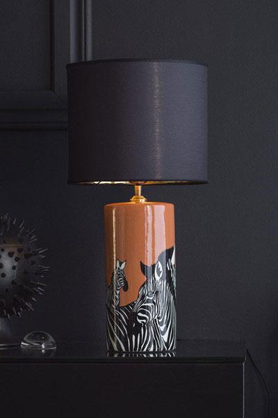 Bordslampa Gatsby Skärm Sara Metallinsida Guld. Lampfot Zebra. Snygg lampfot i keramik som sticker ut med sin färg och mönster. Lampfoten har textilkabel 2,5 meter och justerbar lamphållare. Här matchad med lampskärm Sara Metallinsida, 30 cm bredd för en lyxig känsla.