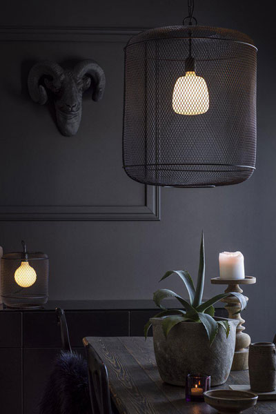 Taklampa Grid Round. Grid taklampa är en stor rund lampa tillverkad av metallgaller. Snygg i många miljöer. Finns i 2 storlekar. Denna lampan har 1,1 meter svart sladd, 90 cm kedja och takkopp med krokupphäng. Levereras utan takkontakt. Sockel E27. 40W.