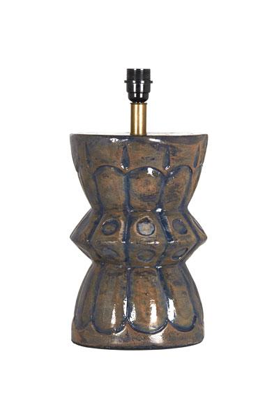 Lampfot Larry Blå. Snygg lampfot i keramik som sticker ut och ger en levande känsla i en inredning med strama detaljer. Lampfoten har 2 meter transparent sladd med strömbrytare. På vår miljöbild har vi använt lampskärm Kerstin i Manchester, 25 cm. Skärm ingår ej.