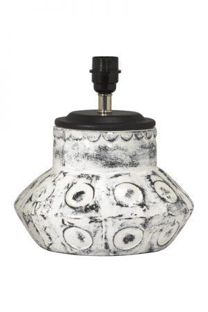 Lampfot Larry Vit. Snygg lampfot i keramik som sticker ut och ger en levande känsla i en inredning med strama detaljer. Lampfoten har 2 meter transparent sladd med strömbrytare. På vår miljöbild har vi använt lampskärm Kerstin i Offwhite Manchester, 20 cm. Skärm ingår ej.