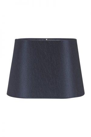 Lampskärm Omera Sidenlook Glint Marin. Lampskärm Omera från PR Home här i ett underbart tyg med siden look. Skärmen finns i flera olika färger och storlekar. Lampskärmen ger ett behagligt sken och är lätt att matcha med olika lampfötter. Storlek 20 cm och 23 cm har klofäste. Storlek 27 cm har E27 ringfäste. Lampskärmens ovala form gör den lättplacerad på de flesta fönsterbrädor.